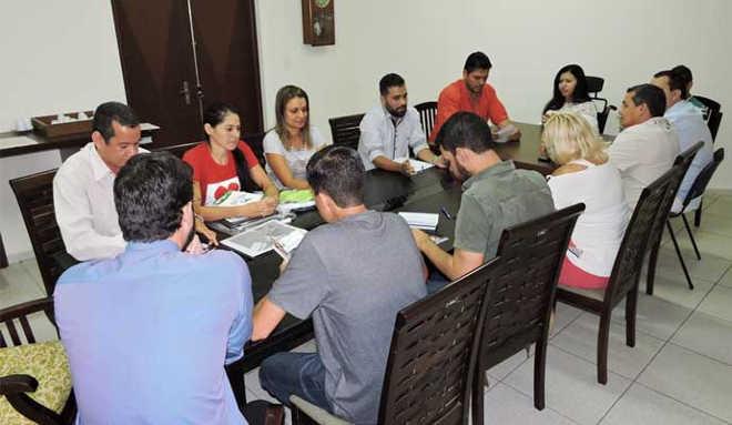 Vereadores recebem na Câmara grupo de proteção aos animais de Paraguaçu Paulista, SP