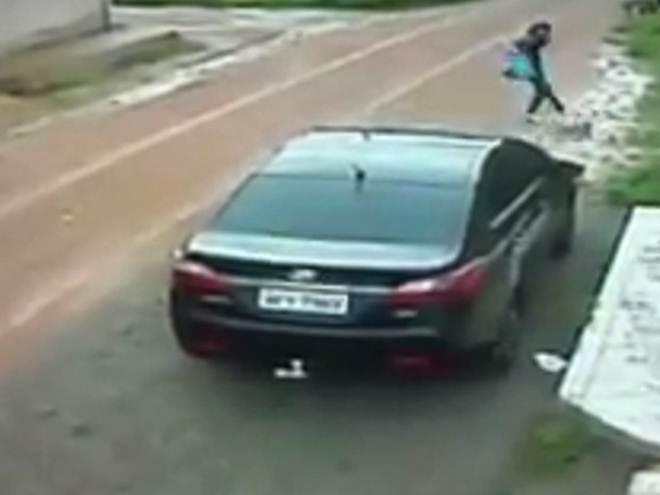 Vídeo mostra mulher agredindo cadela com chutes e tapas em rua de Macapá, AP