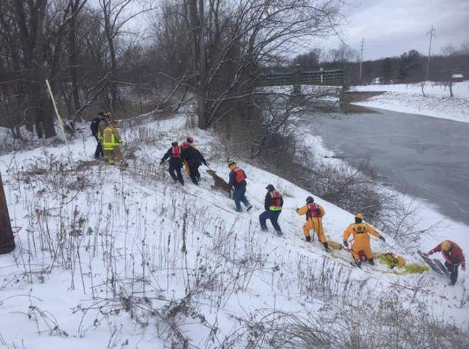 Grande equipe de resgatistas salva um cervo preso nas águas congelantes do Canal de Erie, EUA