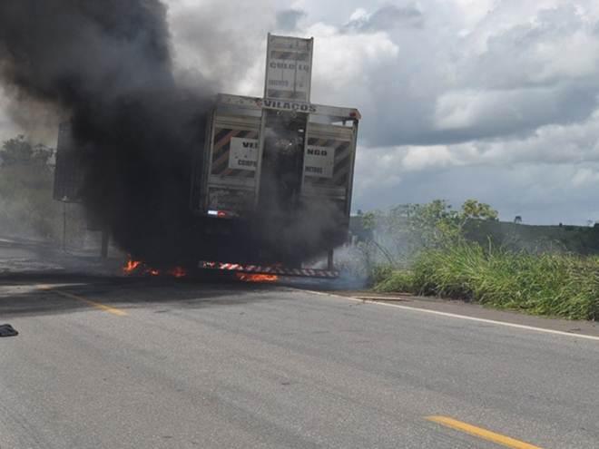 Caminhão carregado de animais pega fogo e bovinos morrem em PE