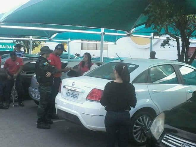 Polícia flagra maus-tratos contra animal em estacionamento de shopping