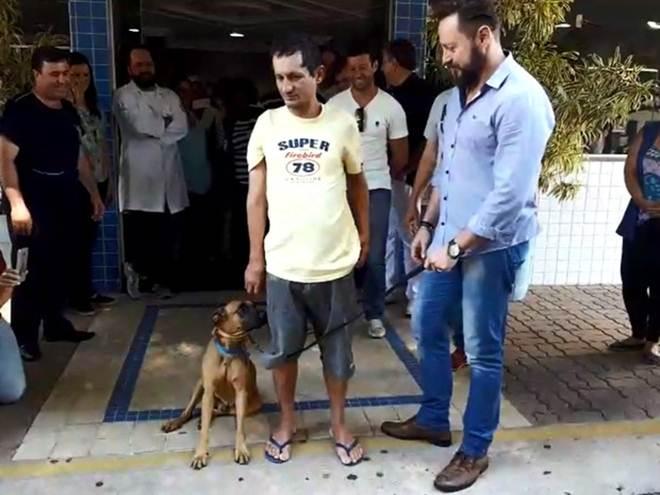 Cão que fez 'vigília' em hospital revê tutor e 'posa para foto' em Limeira, SP