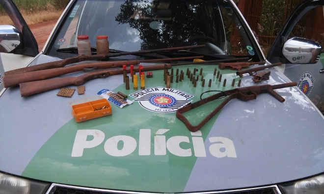 Policia Ambiental apreende armas e autua caseiro por maus-tratos animal