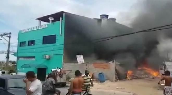 Ferro velho pega fogo, mata animais e chamas atingem residência na Serra, ES