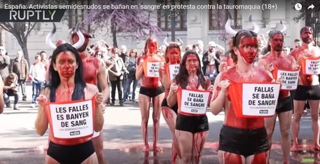 """Ativistas seminus se banham em """"sangue"""" durante protesto contra a tauromaquia na Espanha"""