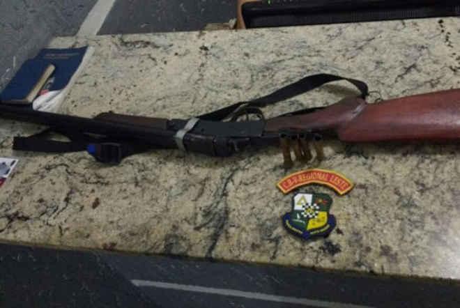 Homem é preso com espingarda e carne de animal silvestre em Barra do Garças, MT