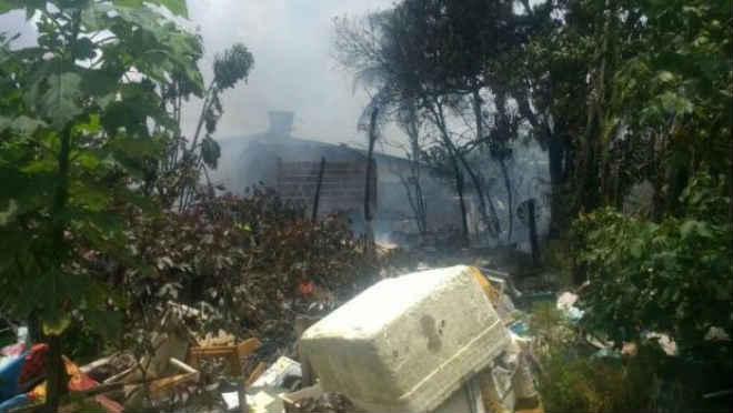 Casa fica destruída e dois cachorros morrem queimados em incêndio na Paraíba