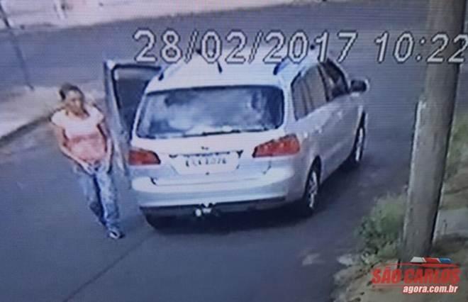 """Câmeras de segurança flagram mulher """"descartando"""" cãozinho; veja o vídeo"""