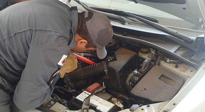 Após frentista escutar miado, Bombeiros resgatam gato no motor de carro em Patos de Minas, MG