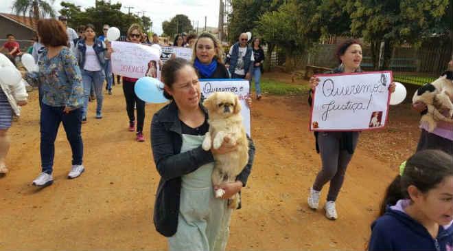 Indignados, manifestantes protestam contra envenenamento de cães em Ponta Grossa, PR