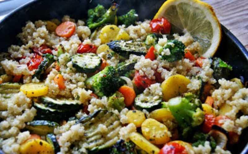 Salada de quinoa com legumes assados