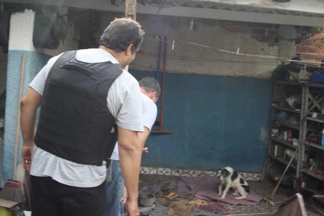 Polícia invade casa em Volta Redonda (RJ) e resgata animais após denúncia de maus-tratos