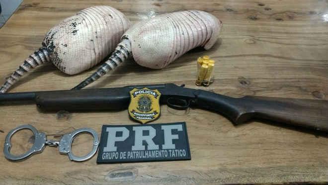 Motorista embriagado é preso com arma e animais silvestres dentro de carro em Ariquemes, RO