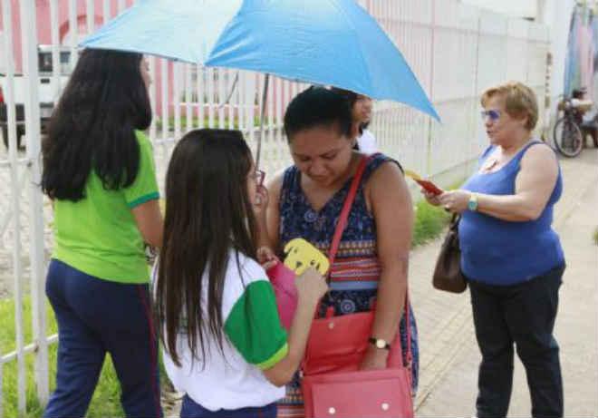 Alunos entregam cartinhas do bem com pedido de ração para cães e gatos abandonados em Porto Velho, RO