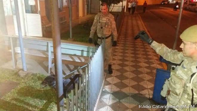 Policial é mordido por cachorro que sofria de maus-tratos em Joaçaba, SC