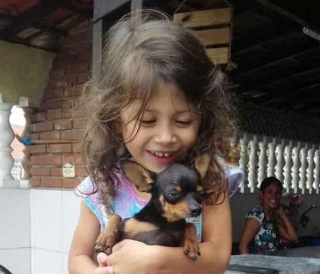 Mulher devolve cadela que sequestrou de família após vídeo da ação viralizar na web