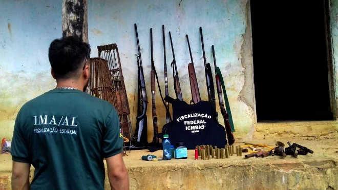 Fiscais flagram armas e armadilhas para captura de animais na Estação Ecológica de Murici (Foto: G1)