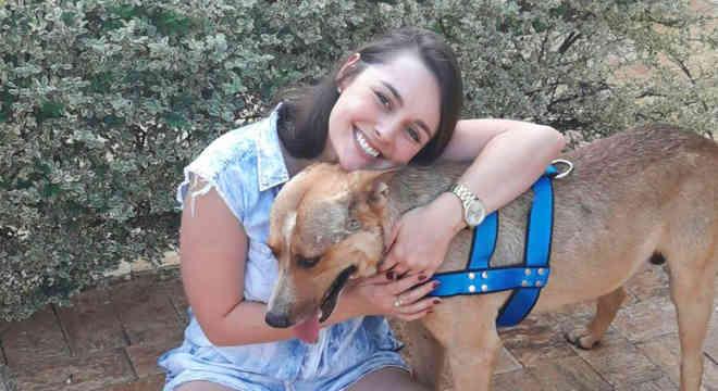 Marília Pieroni adotou cachorro que deitou em seu véu de noiva, em Laranjal Paulista (Foto: Arquivo Pessoal/Marília Pieroni)
