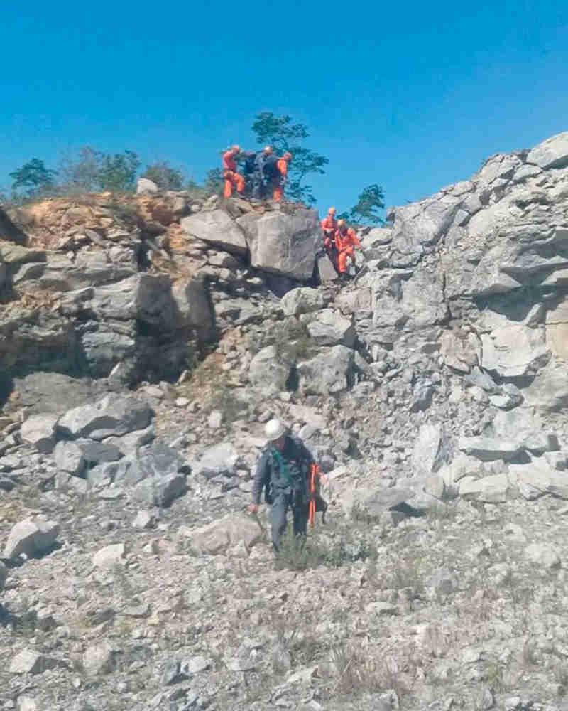 resgate-interna-divulgacao.jpgAnimais teriam ficado preso entre as pedras (Foto: Corpo de Bombeiros/Divulgação)