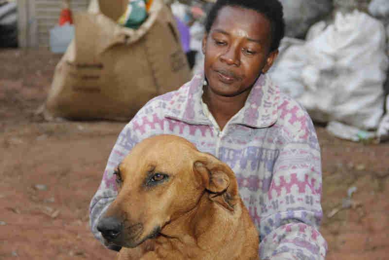 Lilica com dona Neile, que cuidou da cadela há mais de dez anos em São Carlos (Foto: Fabio Rodrigues/G1)