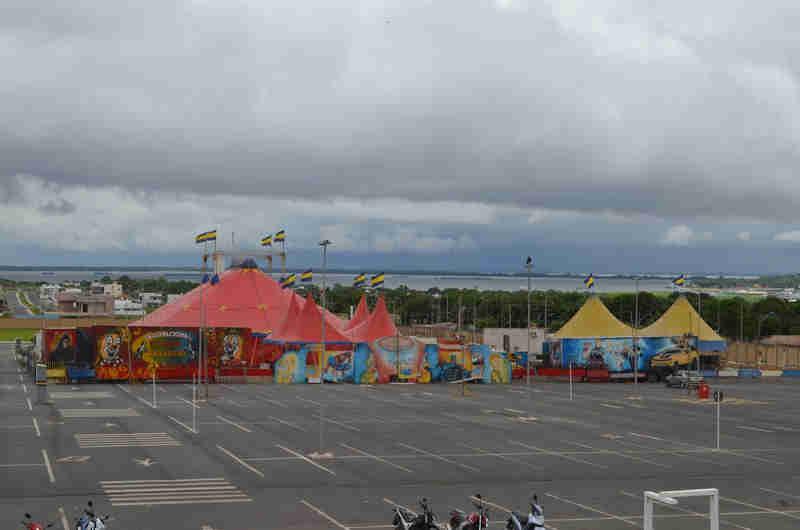 Circo está instalado no estacionamento de um shopping em Santarém e deve iniciar as atividades nesta quinta-feira (Foto: Fábio Cadete/G1)