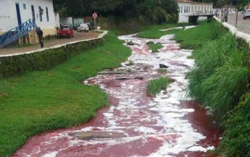 Carga de 10 mil litros de sangue animal que tombou e formou mancha no Rio Vermelho, em Goiás, saiu de frigorífico da JBS
