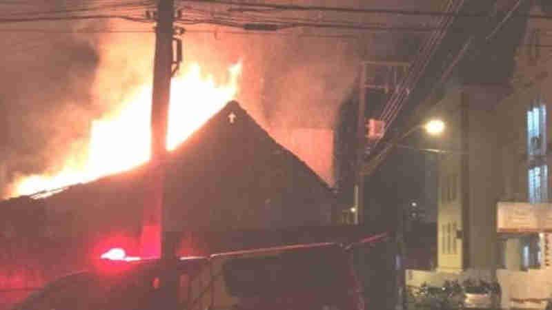 Bombeiros salvam cão de incêndio que destruiu casa em Ponta Grossa, PR