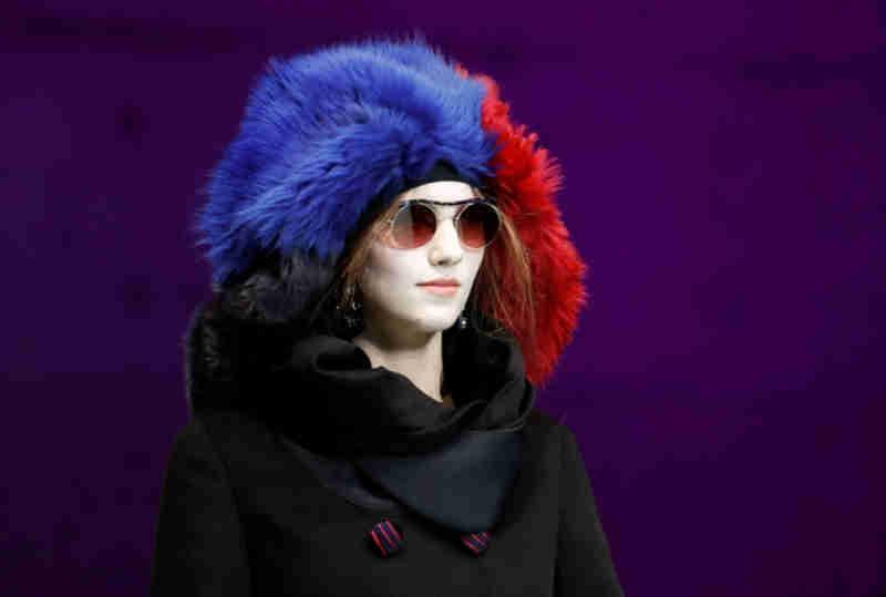 Chapéus de pele em cores fantasia foram destaque no desfile da Giorgio Armani - Foto: REUTERS/Alessandro Garofalo