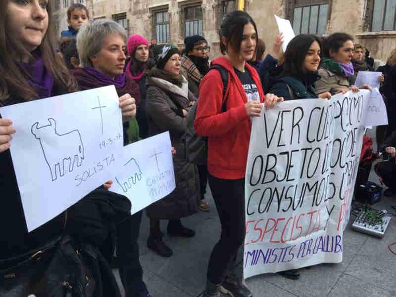 PACMA se concentra para pedir o fim definitivo das touradas na Espanha
