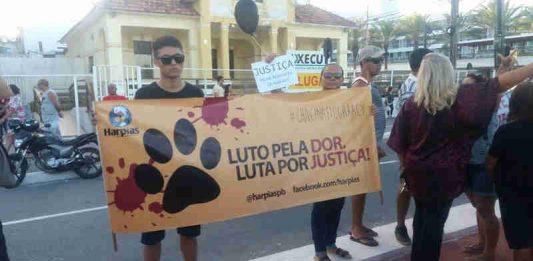 Manifestantes se concentraram no Busto de Tamandaré, em João Pessoa. (Foto: Andréa Medeiros/Arquivo Pessoal)