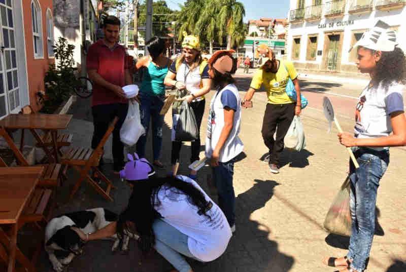 Proteção Animal e estudantes alimentam cães e gatos nas ruas em Maricá, RJ