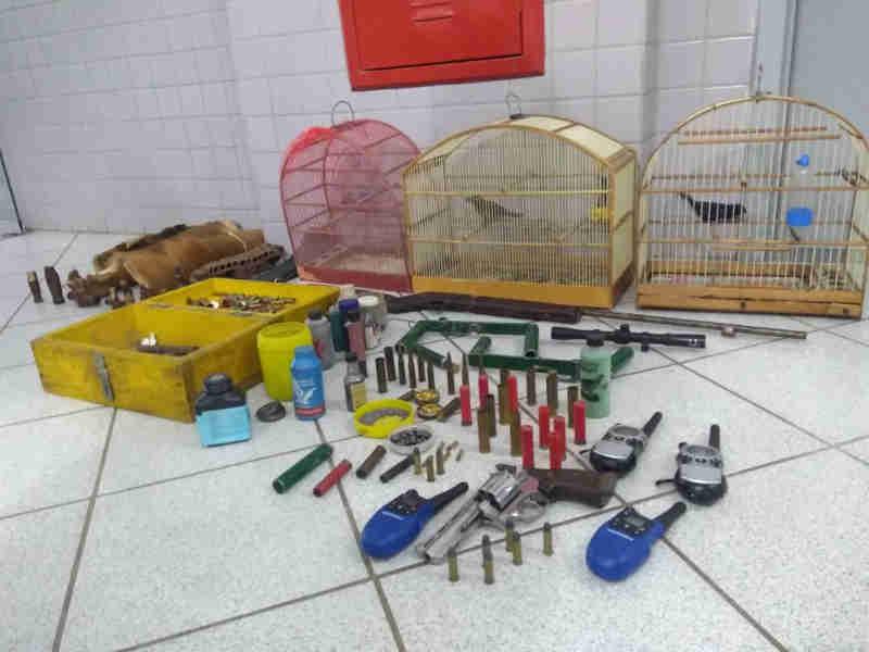 Homem é preso com armas de fogo e animais silvestres em Canoinhas, SC