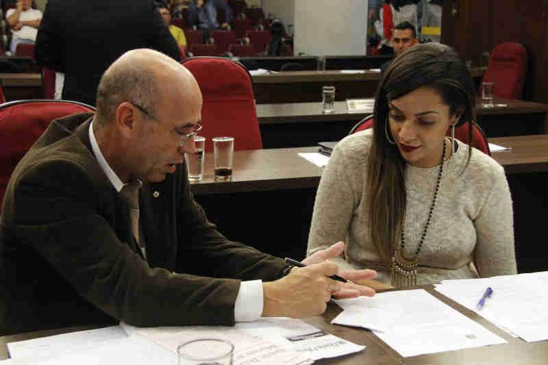 Os vereadores Coronel Meira e Yasmim Nascimento são os autores do projeto de lei. (Foto: Samantha Ciuffa)