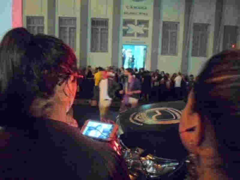 Com Câmara lotada pessoas assistiram sessão anterior pelo celular.