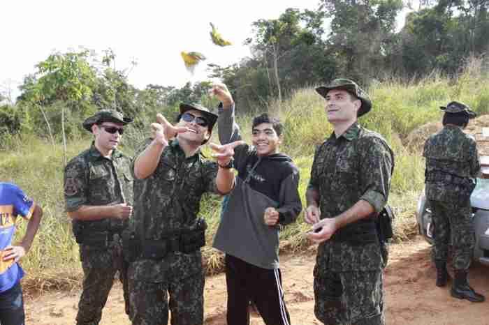 Policiais ambientais, com aluno da Associação Renascer, soltam aves - Foto Mara Sousa