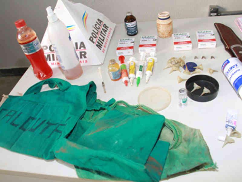 Vários objetos, entre biqueiras, esporas e medicamentos, usados na prática criminosa, foram apreendidos. (Foto: Jairo Chagas)