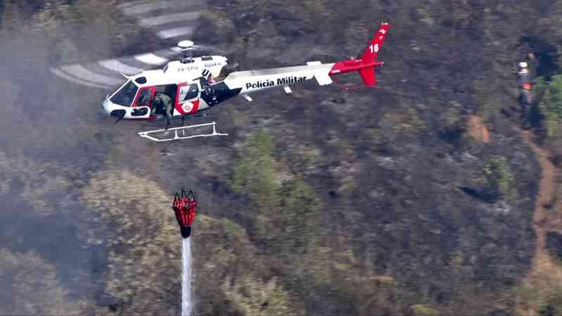 Helicóptero tenta aplacar incêndio usando água do bambi bunker (Foto: Divulgação/TV Globo)
