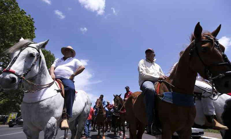 Brasília - Vaqueiros protestam, na Esplanada dos Ministérios, contra a proibição da vaquejada. (Marcelo Camargo/Agência Brasil)