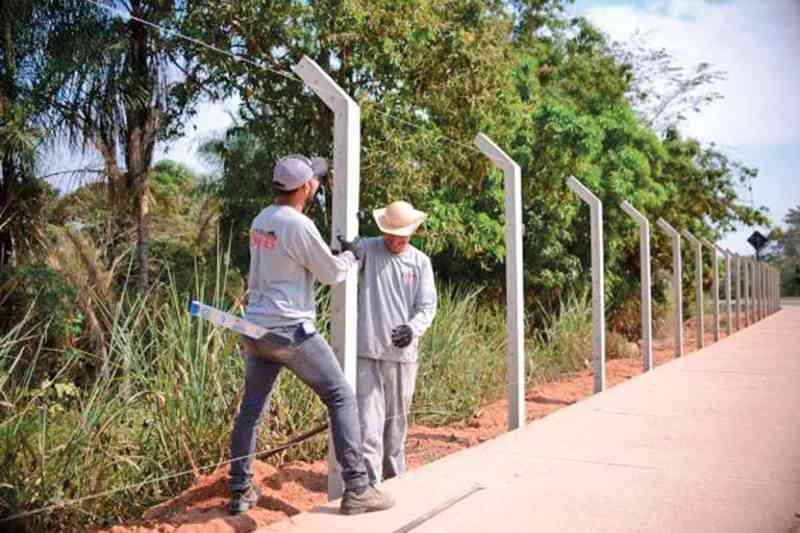 Começou a construção do alambrado em torno da Avenida Beira Rio, com o propósito de proteger a fauna existente na mata existente no entorno – Foto: Wheverton Barros