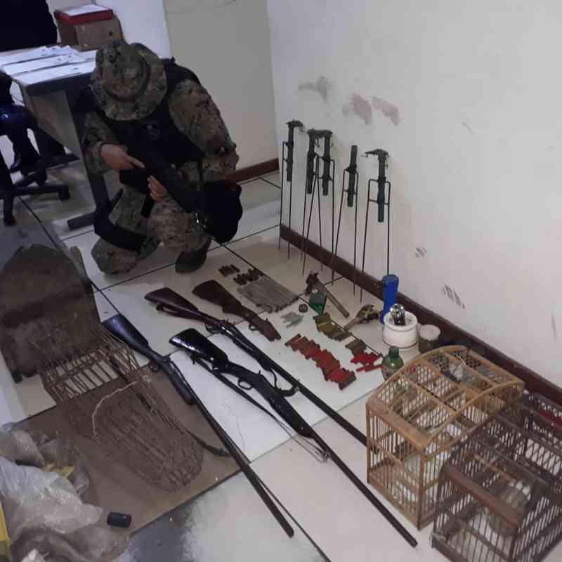 Três suspeitos são detidos com dois animais silvestres, armas, armadilhas e munições em Saquarema, RJ