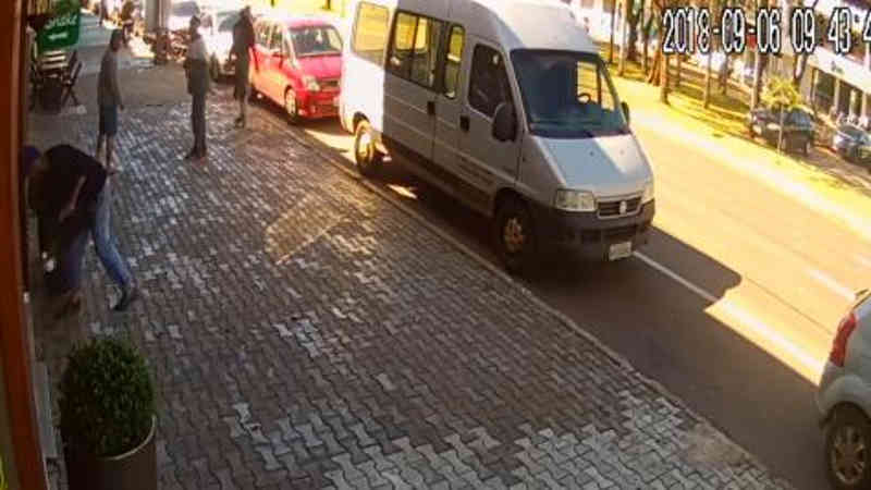 Vídeo mostra homem pegando bebedouro de água para cães de rua em Cascavel, PR
