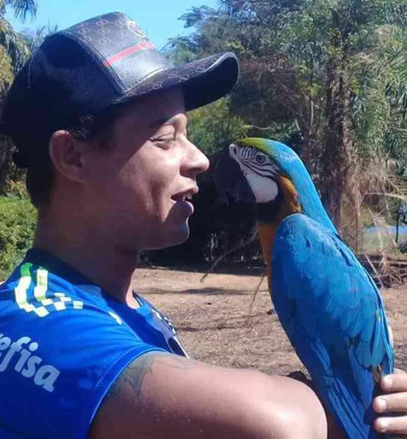 Arara-canindé e morador de Pereira Barreto (SP) têm relação especial e de confiança (Foto: Manuel Eduardo Zeferino/Arquivo Pessoal)