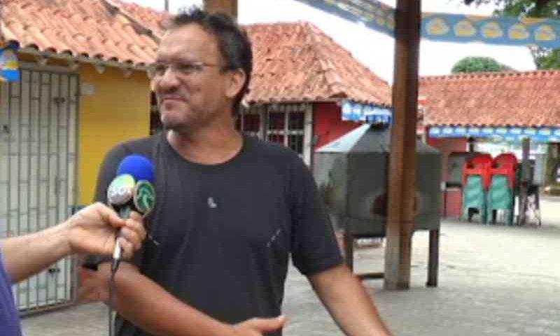 Empresário instala comedouro para cachorros de rua na praça de Cruzeiro do Sul, AC
