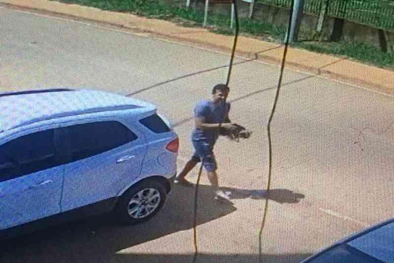 Vídeo: homem sequestra cadela na frente de casa, em Vicente Pires, DF