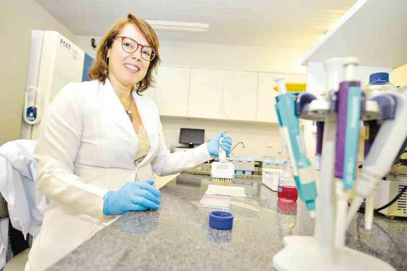 Pesquisadora Marize Valadares em laboratório da UFG. Para ela, inovações darão mais qualidade à ciência (Foto: Fábio Lima)