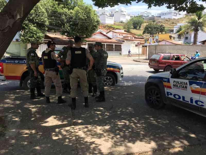 Seis homens são presos e um adolescente é apreendido em rinha de galos em Ipatinga, MG
