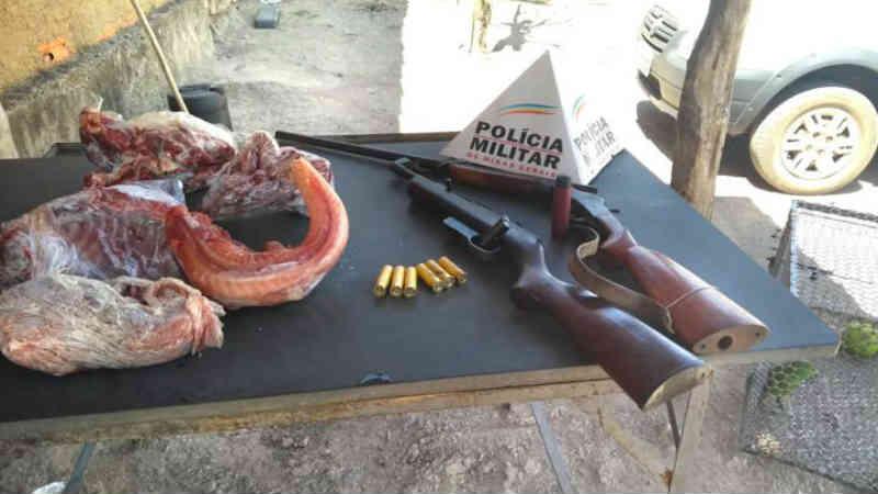 Homem é preso e autuado por porte ilegal de arma e abate de animais silvestres em MG