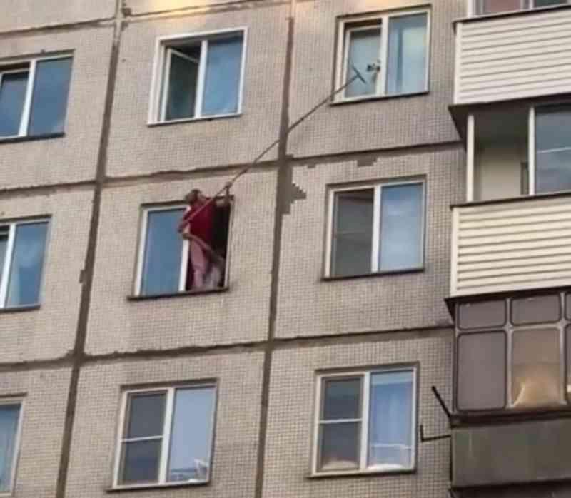 Vídeo: mulher arrisca queda fatal para salvar gato em prédio