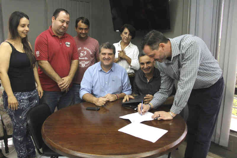 Prefeito assina contrato de compra do primeiro castramóvel de Bauru, SP
