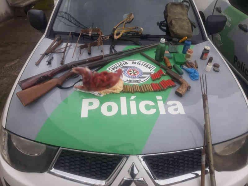 Homem é preso com animal silvestre abatido e espingardas em São Luiz do Paraitinga, SP